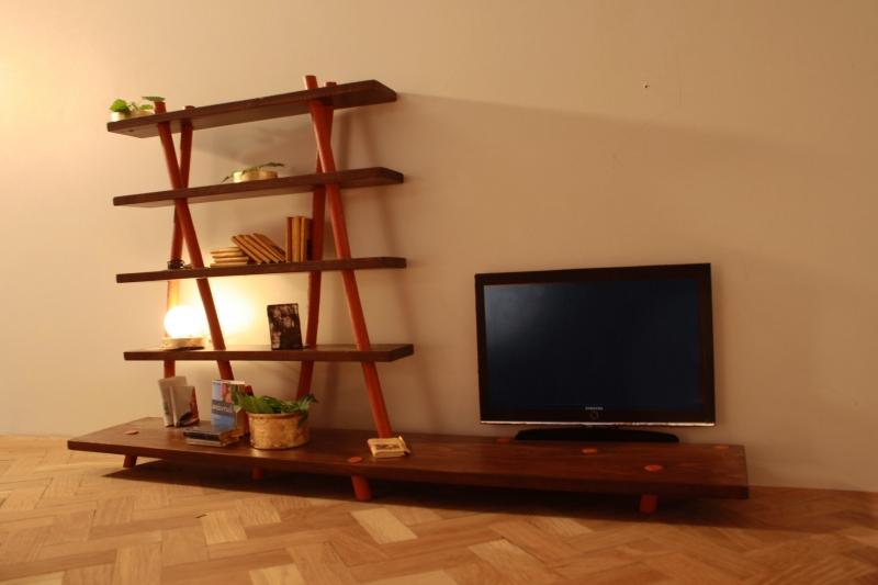 Libreria Angolata: Mobile libreria che sostiene la televisone.