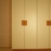 Armadio Helen: Particolare delle maniglie dell'armadio Helen.