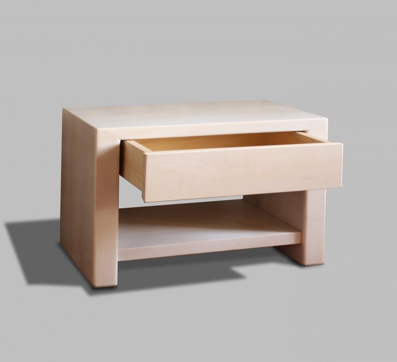 Comodino Livia: La forma essenziale,fa del comodino Livia un oggetto elegante da affiancare ai letti della nostra collezione
