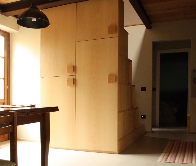 """Soppalco Lucia: Il soppalco """"Lucia"""", progettato dall' arch. Lucia D'Arrigo e arch. Licia Diosi, utilizza al meglio l'ampio spazio in questa vecchia costruzione. Il soppalco ha le strutture portanti in acciaio Cor-Ten, mentre il piano calpestabile è fatto con perline di larice. Per permettere l'accesso al soppalco, nel poco spazio disponibile, è stata costruita una scala alla marinara. Una scala in legno autoportante, realizzata in listellare di faggio, mentre gli scalini sono in faggio massello, a"""