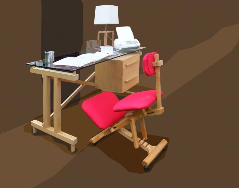 Scrivania Mia: La scrivania Mia ha la struttura in faggio massello e i cassetti in listellare di faggio. Un piano in cristallo temperato di 12 mm.