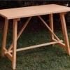 Tavolo Tamu: Tavolo a capretta realizzato in abete.